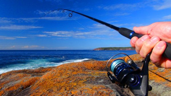 Rob putting the newly available Fishing Australia FAT 702 SPL rod reel and line outfit to the test off the rocks